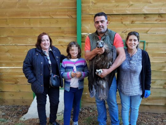The cinereous vulture named 'Abanto', with the family that has sponsored him, in the Sierra de la Demanda.